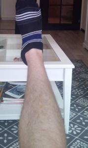 Нуждата от чорапи е видна, щом досега Самуил си е купувал по 1 чорап и от него е правил два. Или това, или доизноства терлиците от детството и затова се показва с 50% чорап на тази снимка.